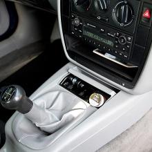 Výkonná autonabíječka s 2x USB porty pro Apple iPhone / iPad / iPod - 2,1A, 1A - bílá